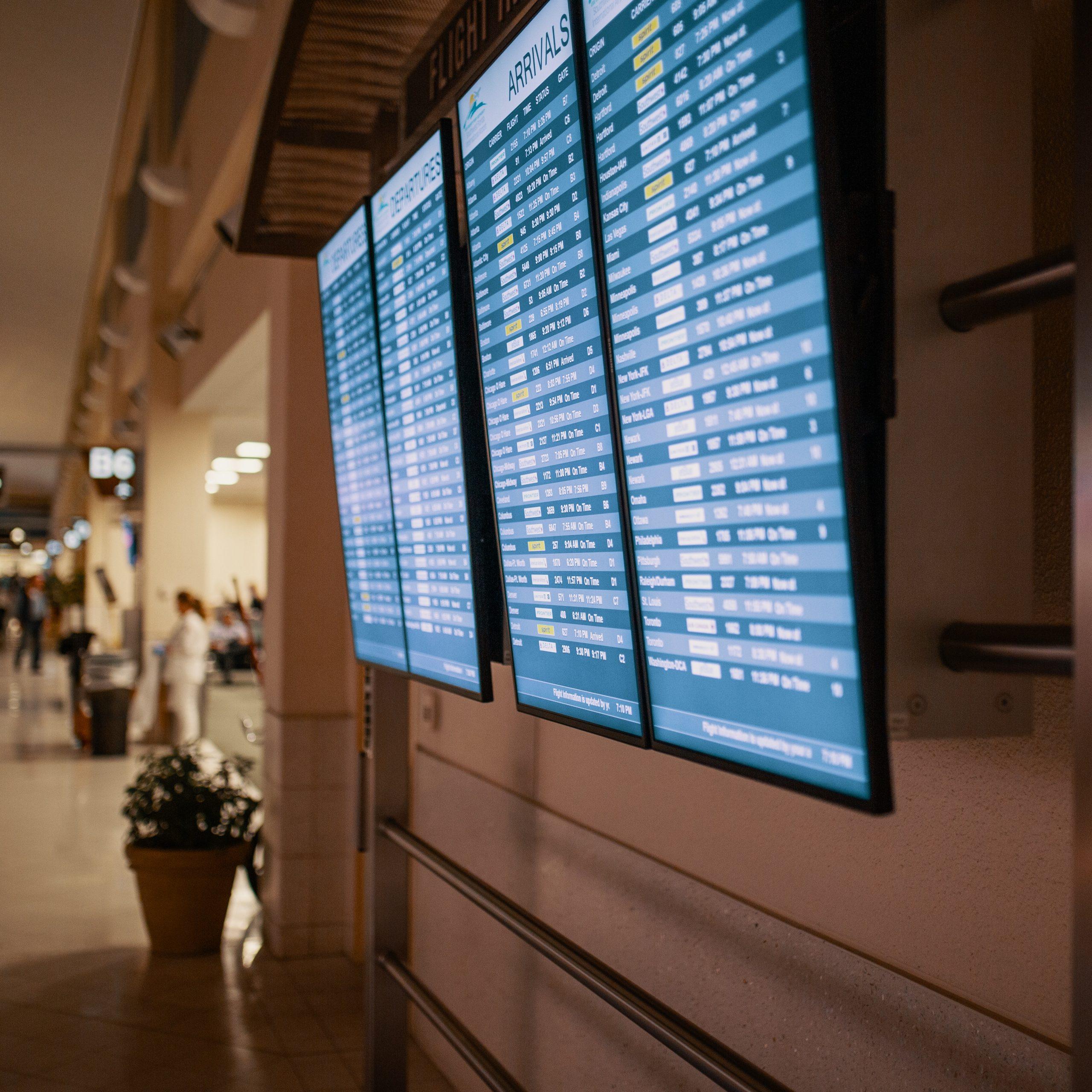 Табло рейсів в аеропорту